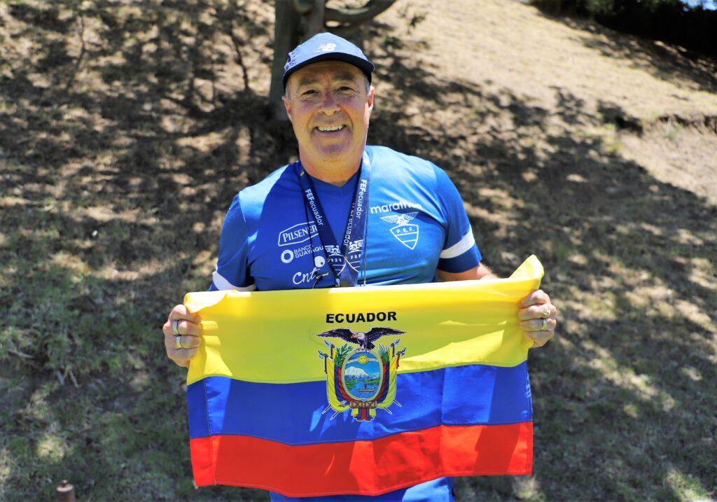 Jorce Célico sostiene orgulloso la bandera tricolor